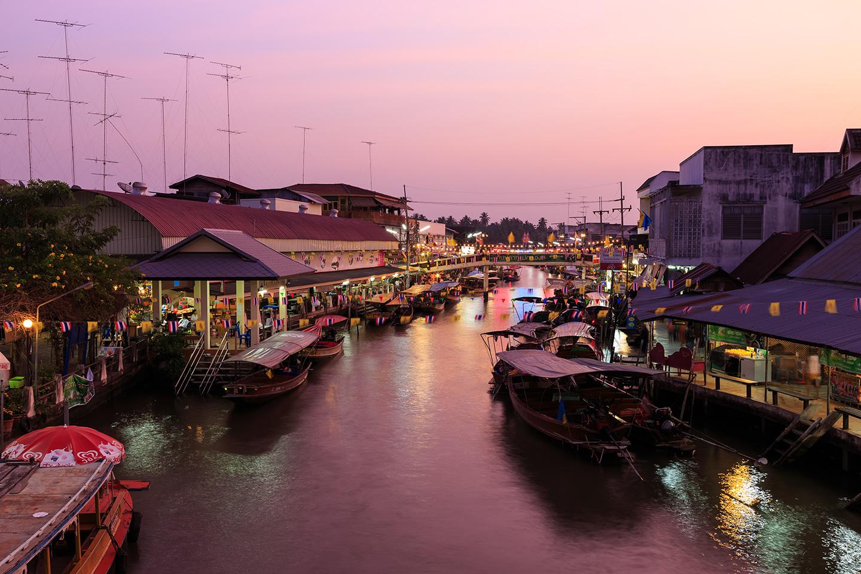 L'affascinante mercato galleggiante serale di Amphawa
